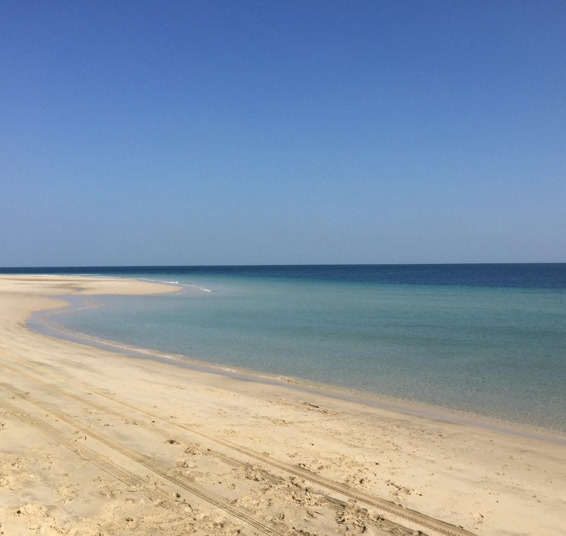 11 incredible things to do in Qatar - sparkling turquoise waters and white sand at the beach